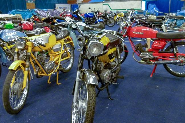 Classic motor & bromfietsbeurs in Sportcentrum Leek